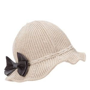 Taupe ribbed knit hat w. Faux leather bow